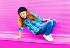 Małej dziewczynki dziecka taniec w mieście na kolorowych menchiach zdjęcie stock
