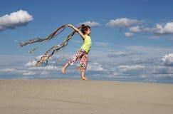 Małej dziewczynki falowanie z kolorowymi faborkami i sztuka fotografia royalty free
