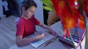 Małej dziewczynki farby obraz przy stołem Uczennicy dziewczyny nastolatek remisy rysuje indoors z ołówkami Obrazy Royalty Free