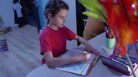 Małej dziewczynki farby obraz przy stołem Uczennicy dziewczyny nastolatek remisy rysuje indoors z ołówkami Obraz Royalty Free