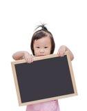 Małej dziewczynki holdind blackboard zdjęcia royalty free