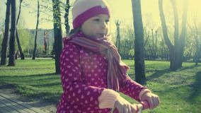 Małej dziewczynki jazda na hulajnoga zbiory wideo