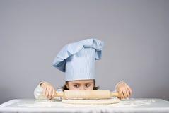 Małej dziewczynki kulinarna pizza obraz royalty free