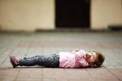 Małej dziewczynki lying on the beach na asfaltowym portrecie Obrazy Royalty Free