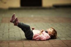 Małej dziewczynki lying on the beach na asfaltowym portrecie Obraz Stock
