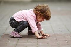 Małej dziewczynki lying on the beach na asfaltowym portrecie Zdjęcia Stock