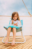 Małej dziewczynki lying on the beach na bryczka holu obraz stock