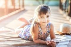 Małej dziewczynki lying on the beach na jej brzuszku zdjęcia royalty free