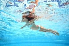 Małej dziewczynki lying on the beach na wodzie jak gwiazda w wodę Obrazy Stock