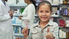 Małej dziewczynki mienia seansu i medycyny aprobaty fotografia stock