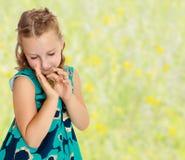 Małej dziewczynki mienie wewnątrz wręcza małego żółwia Zdjęcia Stock