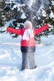 Małej dziewczynki miotania śnieg up w parku Fotografia Royalty Free