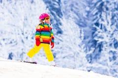 Małej dziewczynki narciarstwo w górach Zdjęcie Stock