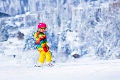 Małej dziewczynki narciarstwo w górach Zdjęcia Stock