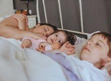 Małej dziewczynki obejmowania lala kłama nad łóżkiem zdjęcia royalty free