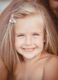 Małej dziewczynki obsiadanie na plaży blisko morza Obraz Stock