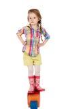 Małej dziewczynki obsiadanie na sześcianie, odizolowywającym Fotografia Stock