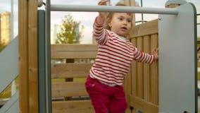Małej dziewczynki obsiadanie na wierzchołku obruszenie zbiory wideo