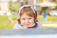 Małej dziewczynki obsiadanie przy stołem Fotografia Stock