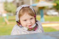 Małej dziewczynki obsiadanie przy stołem Zdjęcia Royalty Free