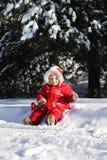 Małej dziewczynki obsiadanie w śniegu zdjęcia royalty free