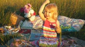 Małej dziewczynki obsiadanie w polu na koc zdjęcie wideo
