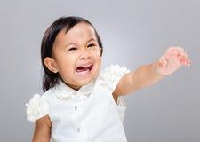 Małej dziewczynki odczucia spęczenie i ręka podnoszący up obrazy royalty free