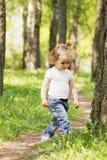 Małej dziewczynki odprowadzenie w parku obrazy royalty free