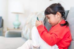 Małej dziewczynki ostrość na telefonie komórkowym obrazy stock
