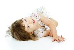Małej dziewczynki piękny lying on the beach Obrazy Stock