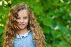 Małej dziewczynki piękny uśmiechnięty zakończenie Fotografia Stock