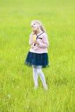Małej dziewczynki pozycja na łące Fotografia Stock