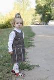 Mała dziewczynka czeka autobus Fotografia Stock