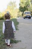 Mała dziewczynka czeka autobus Obraz Stock