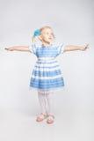 Małej dziewczynki pozycja z szeroko rozpościerać rękami Fotografia Stock