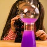 Małej Dziewczynki pracy domowej Przerobowy Chemiczny eksperyment z Chemicznymi naczyniami Dziecko edukacja zdjęcie royalty free