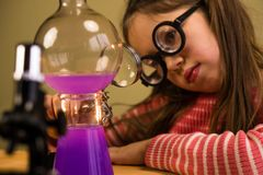 Małej Dziewczynki pracy domowej Przerobowy Chemiczny eksperyment z Chemicznymi naczyniami Dziecko edukacja obraz stock