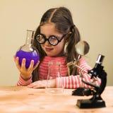 Małej Dziewczynki pracy domowej Przerobowy Chemiczny eksperyment z Chemicznymi naczyniami Dziecko edukacja fotografia royalty free