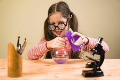 Małej Dziewczynki pracy domowej Przerobowy Chemiczny eksperyment z Chemicznymi naczyniami Dziecko edukacja zdjęcie stock