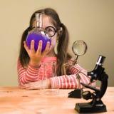 Małej Dziewczynki pracy domowej Przerobowy Chemiczny eksperyment z Chemicznymi naczyniami Dziecko edukacja zdjęcia stock
