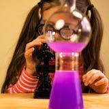 Małej Dziewczynki pracy domowej Przerobowy Chemiczny eksperyment z Chemicznymi naczyniami Dziecko edukacja zdjęcia royalty free