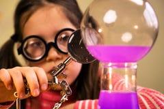Małej Dziewczynki pracy domowej Przerobowy Chemiczny eksperyment z Chemicznymi naczyniami Dziecko edukacja obrazy stock