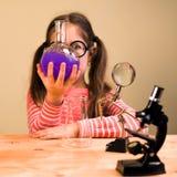 Małej Dziewczynki pracy domowej Przerobowy Chemiczny eksperyment z Chemicznymi naczyniami Dziecko edukacja obrazy royalty free