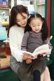 Małej dziewczynki praktyki czytanie w Świetnie iluminującym rynku fotografia royalty free