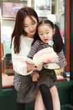 Małej dziewczynki praktyki czytanie w Świetnie iluminującym rynku obrazy royalty free