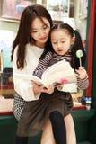 Małej dziewczynki praktyki czytanie w Świetnie iluminującym rynku obrazy stock
