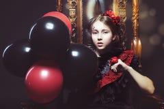 Małej dziewczynki princess siedzi na karle fotografia royalty free