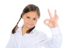 Małej dziewczynki przedstawienie znaka ok zdjęcie stock