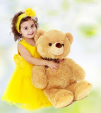 Małej dziewczynki przytulenia miś Zdjęcie Stock