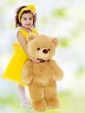 Małej dziewczynki przytulenia miś Obraz Stock
